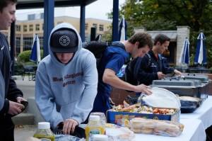 Students enjoying free food at De La Gente.