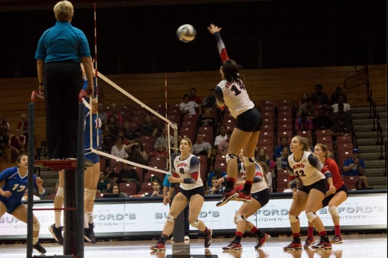Volleyball+drops+to+0-2+in+conference
