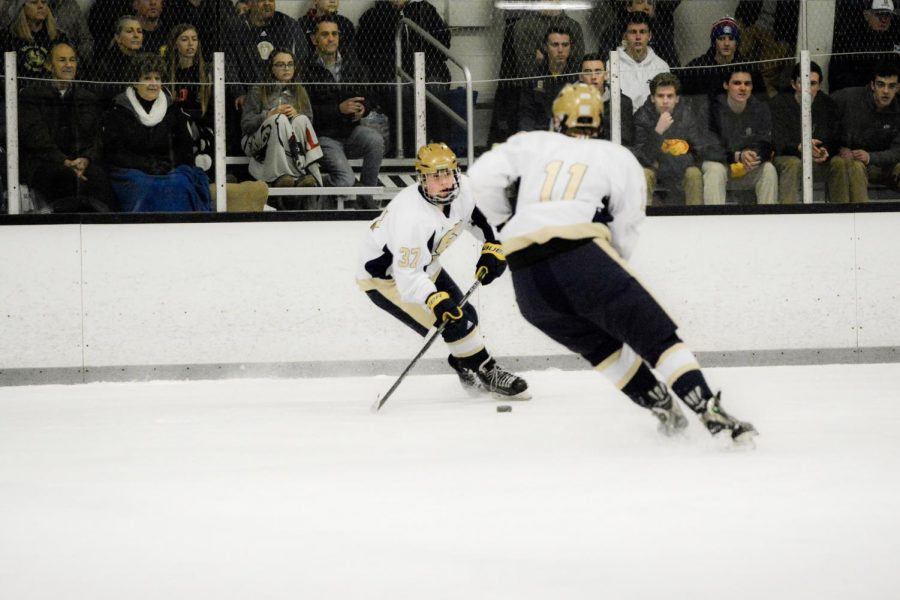 Tyler Gallo feeds Liam Magargal in the Flyers Cup Championship game (Diane Leblanc/Salesianum)