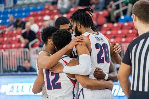 Men's basketball hangs on against Sacred Heart