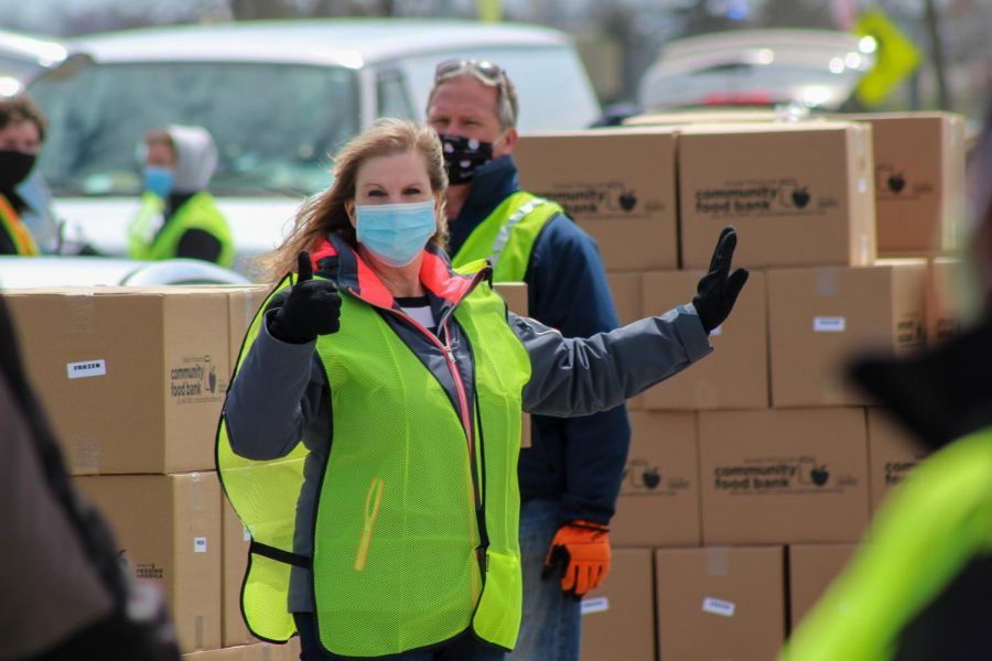 A volunteer manages her line, coordinating with the group to keep the flow of traffic smooth. Moon Township, PA. April 22, 2020. RMU Sentry Media/Garret Roberts